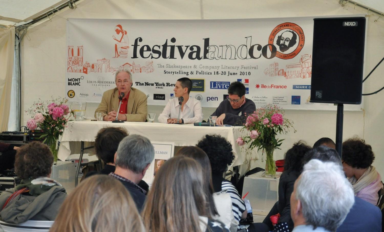 De gauche à droite : Philip Pullman, auteur ; Erica Wagner, journaliste au Times ; Monica Michlin (traduction).