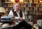 Pullman dans sa bibliothèque privée