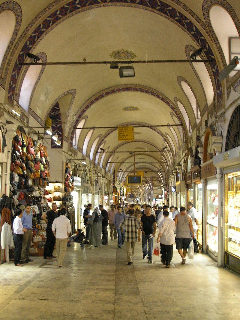 Main way (Kalpakçılar Başı Caddesi) of the Grand Bazaar in Istanbul. / Pic by Gryffindor / CC BY-SA 3.0